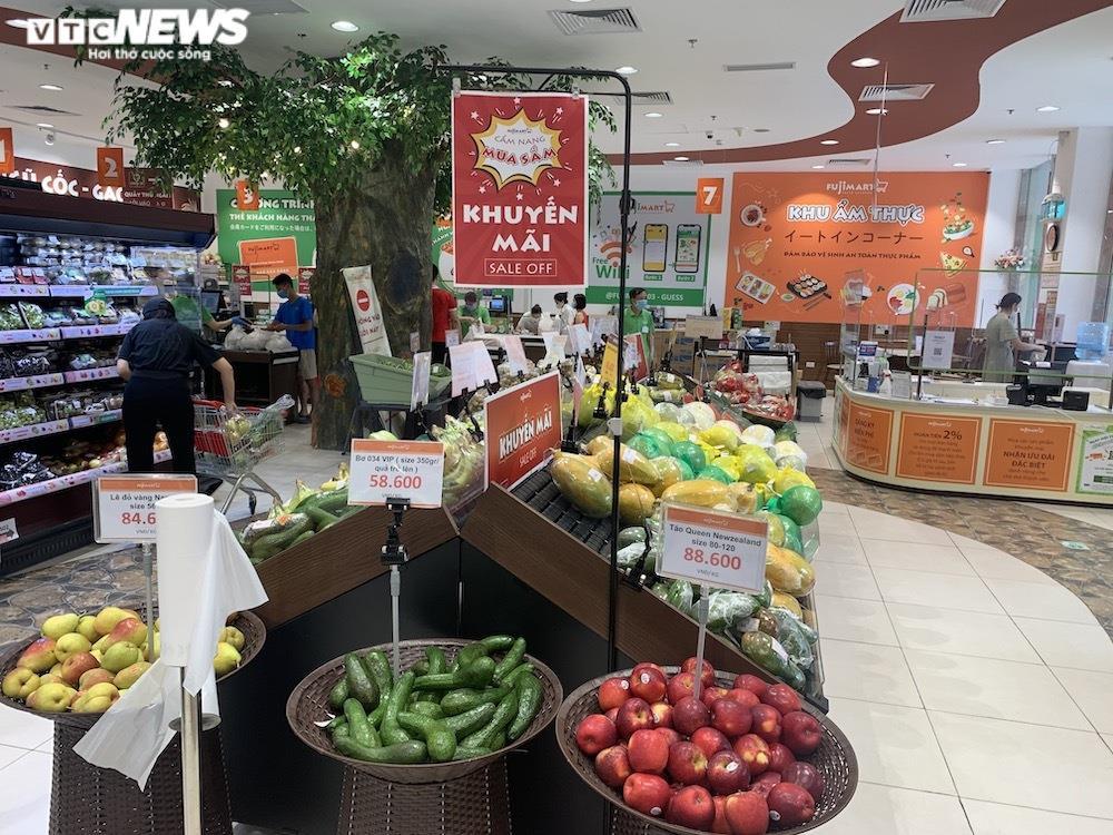 Ảnh: Rau xanh, thịt cá... đầy ắp siêu thị Hà Nội trong ngày đầu giãn cách xã hội - 15