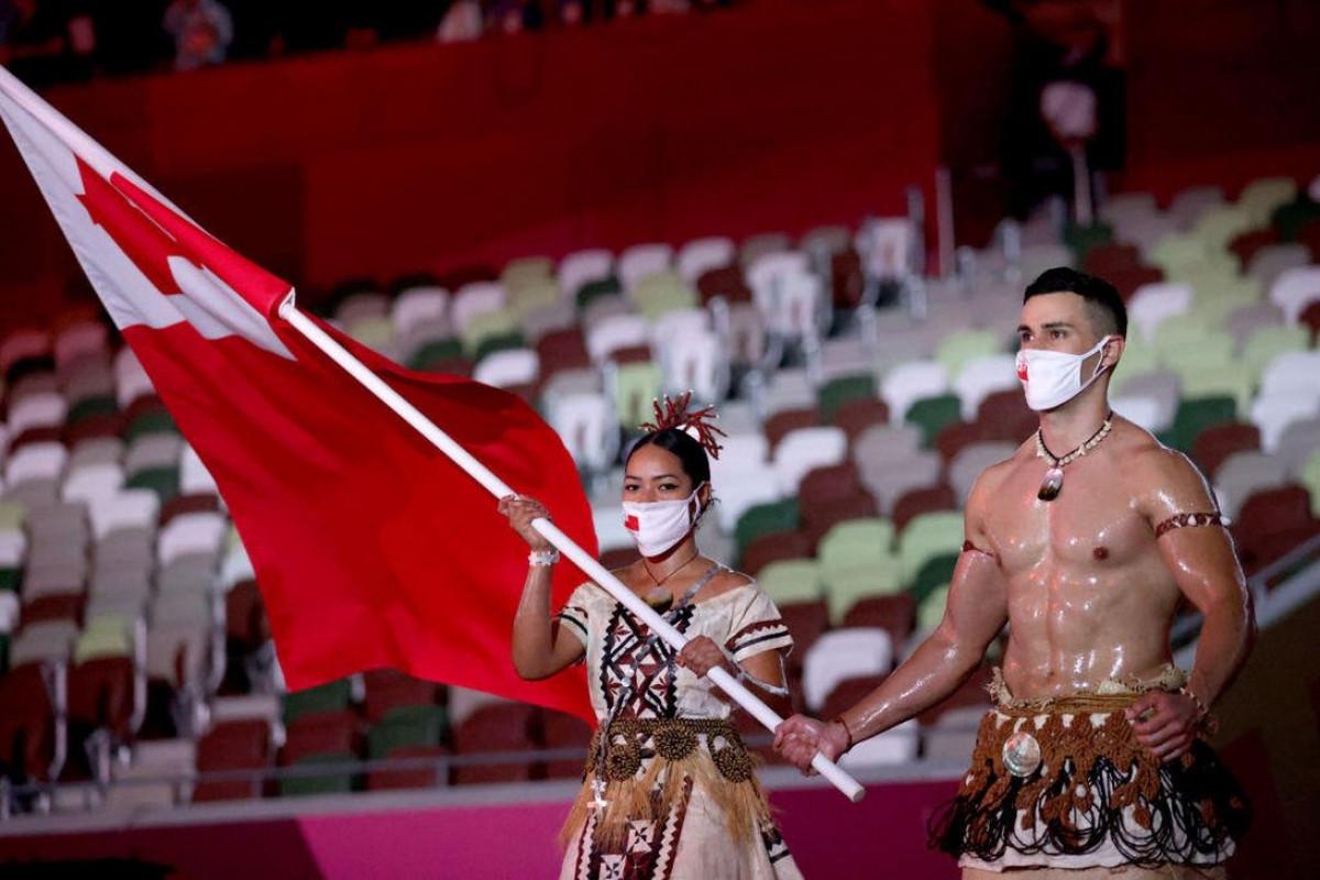Võ sĩ Pita Taufatofua cởi trần, bôi dầu, mặc trang phục quê nhà Tonga ở lễ khai mạc Olympic Tokyo 2020.