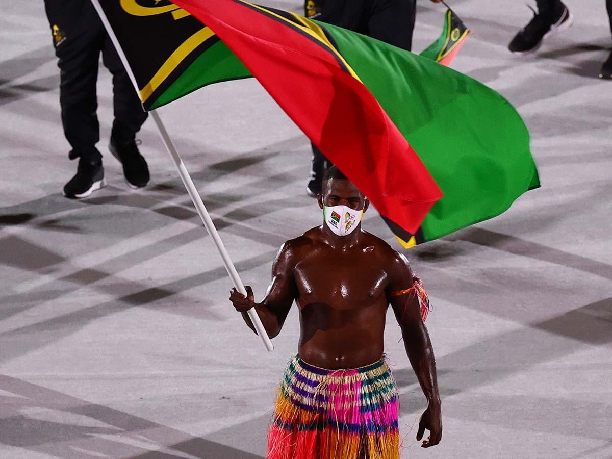 Ở lễ khai mạc Olympic Tokyo, Pita Taufatofua có lần thứ 3 gây sốt nhưng không còn là người duy nhất khi VĐV Rio Rii của Vanuatu cũng có phong cách tương tự.