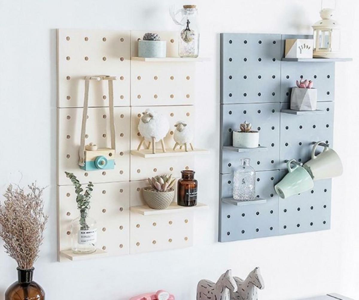 Kệ lưu trữ trên tường với các móc có thể tháo rời cho phép bạn tự tạo thiết kế cho riêng mình.