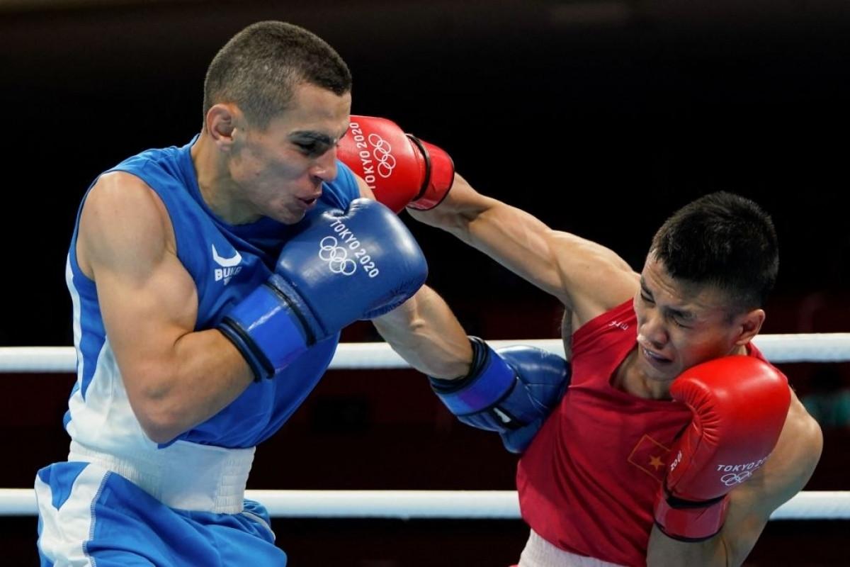 Võ sĩ Nguyên Văn Đương (đỏ) giành chiến thắng trước Aliyev Tayfur. (Ảnh: Getty)