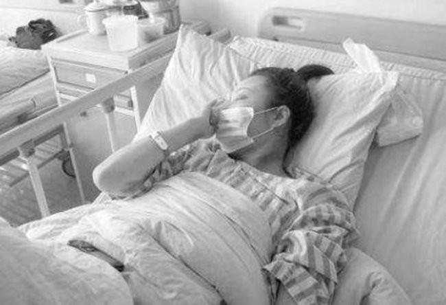 Vợ ốm nặng chồng còn tổ chức họp lớp linh đình, vợ lén theo sau thì chứng kiến cảnh tượng ứa nước mắt-1