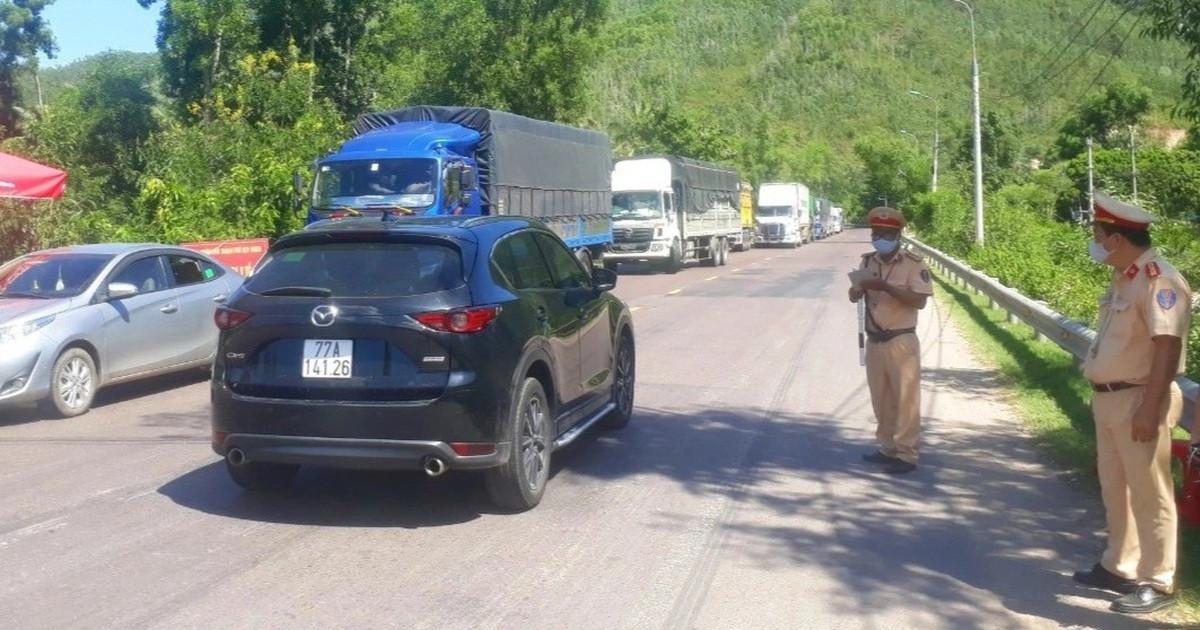 Xe cứu thương thông hàng loạt chốt kiểm dịch để chở khách từ TP.HCM