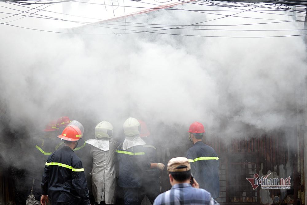 Cháy kho nhựa ở quận Hoàng Mai