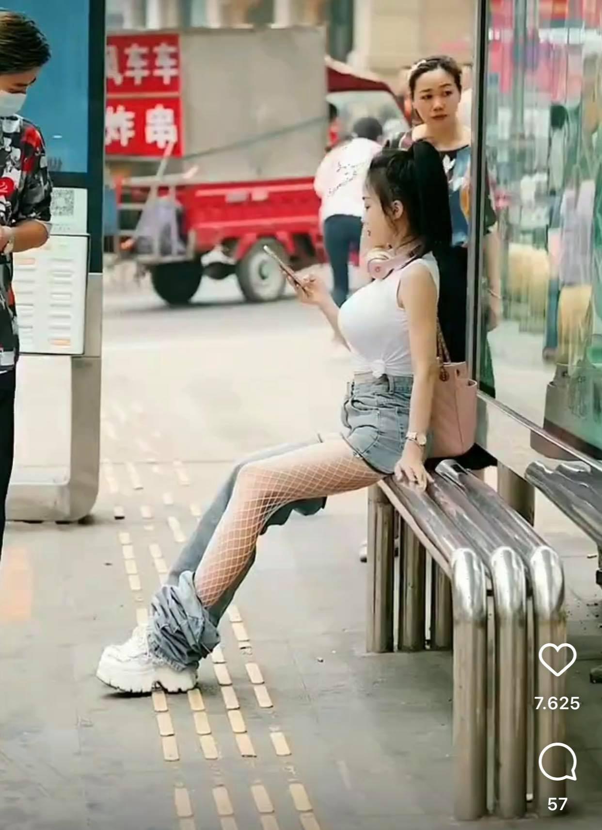 Ngồi chờ xe buýt, hot girl khiến người đi đường nhìn chằm chằm vì chiếc quần kỳ cục - 1