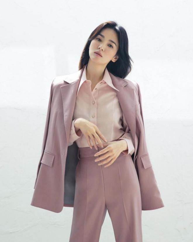 Song Hye Kyo cho thấy trang phục công sở không hề nhàm chán, biết mặc còn quý phái bất ngờ - 1