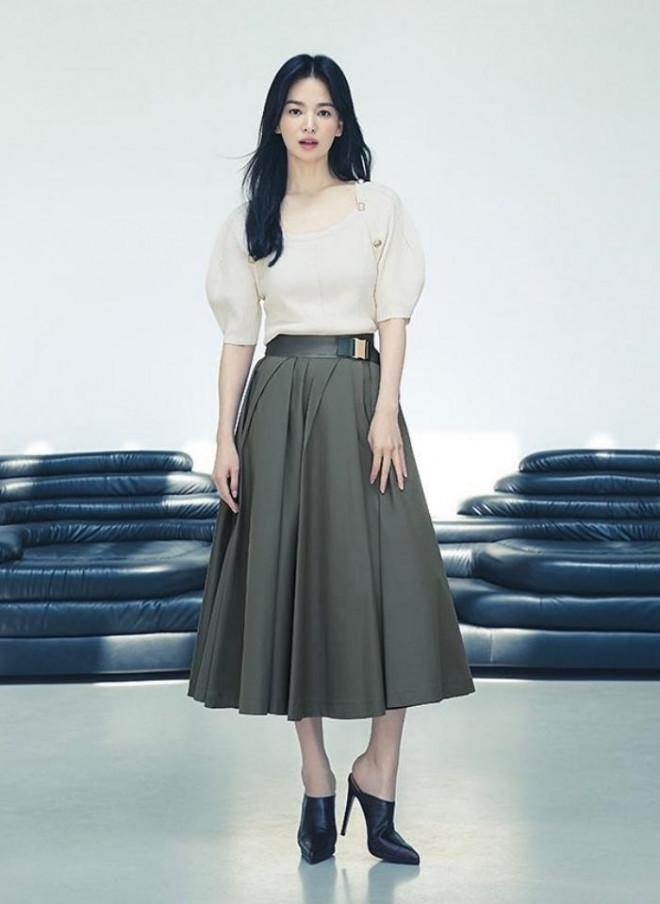 Song Hye Kyo cho thấy trang phục công sở không hề nhàm chán, biết mặc còn quý phái bất ngờ - 3