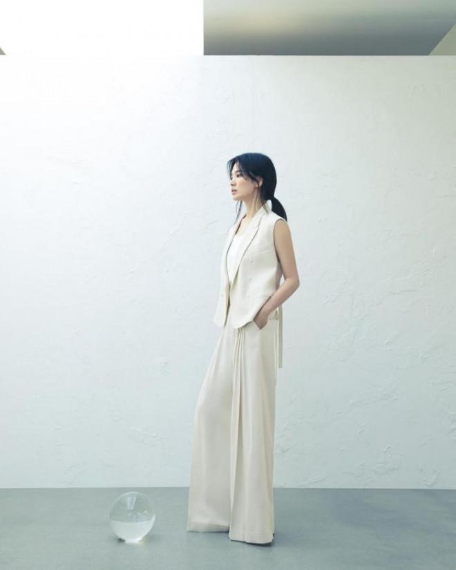 Song Hye Kyo cho thấy trang phục công sở không hề nhàm chán, biết mặc còn quý phái bất ngờ - 4