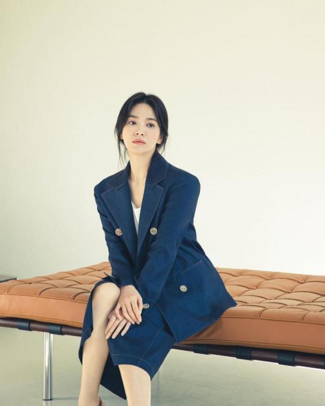 Song Hye Kyo cho thấy trang phục công sở không hề nhàm chán, biết mặc còn quý phái bất ngờ - 8
