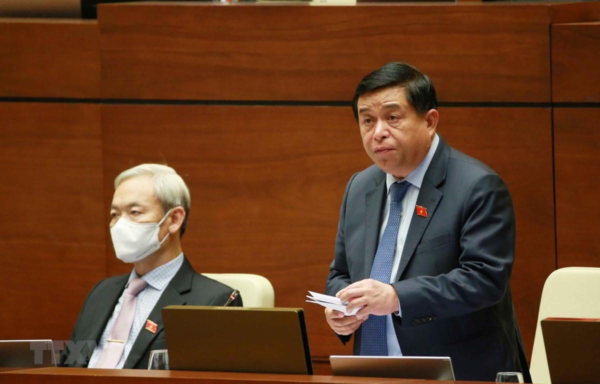 Bộ trưởng Bộ Kế hoạch và Đầu tư Nguyễn Chí Dũng giải trình ý kiến của đại biểu Quốc hội. (Ảnh: Phương Hoa/TTXVN)