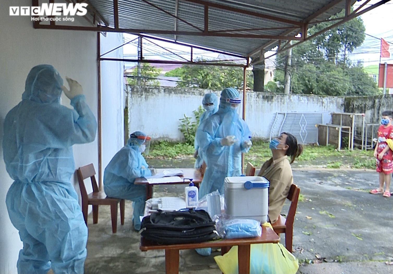 Ảnh: Lấy mẫu xét nghiệm 2.100 người, Gia Lai thêm 3 ca dương tính SARS-CoV-2 - 1