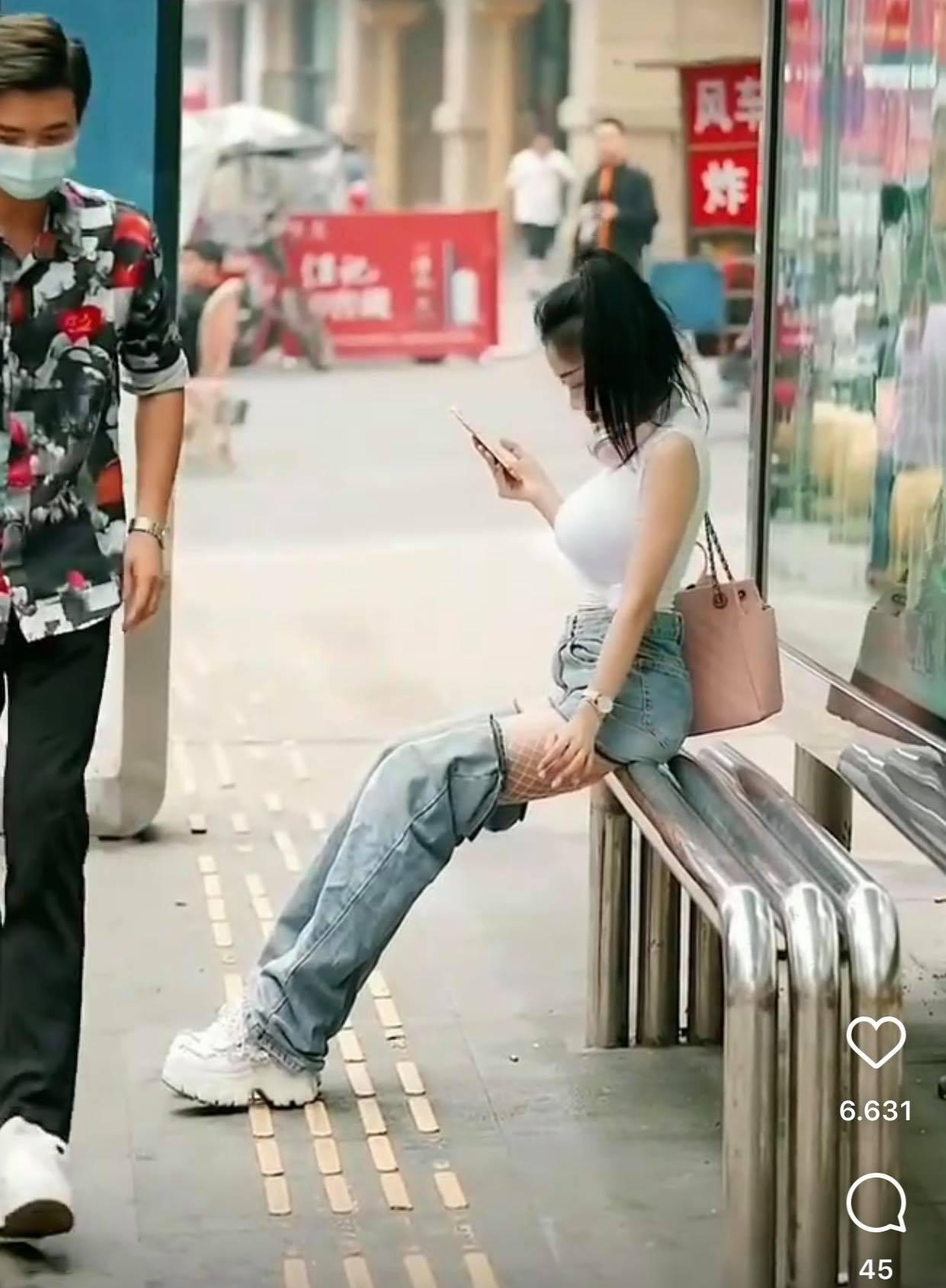 Ngồi chờ xe buýt, hot girl khiến người đi đường nhìn chằm chằm vì chiếc quần kỳ cục - 3
