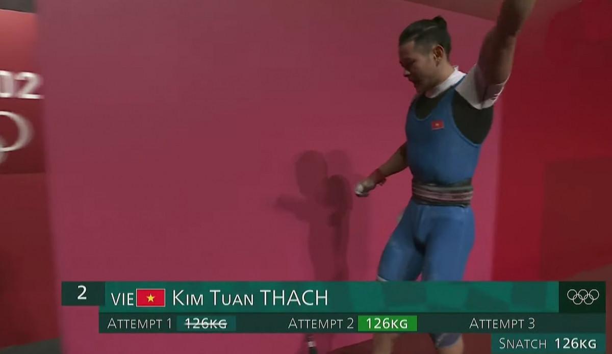 Sau lần cử giật đầu tiên không thành công thì ở lần thứ 2, Thạch Kim Tuấn đã nâng thành công mức tạ 126kg ở phần cử giật.