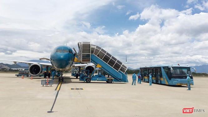 Máy bay đưa người dân từ TP HCM về quê tránh dịch COVID-19 hạ cánh xuống sân bay Đà Nẵng