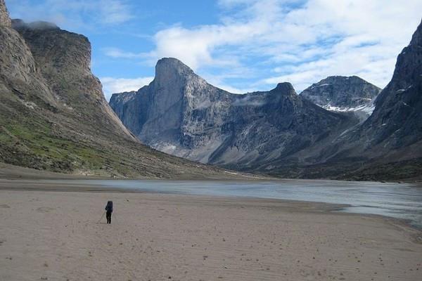 Cận cảnh ngọn núi dốc đứng nhất thế giới, đặt tên theo vị thần Sấm sét Bắc Âu - Ảnh 2.