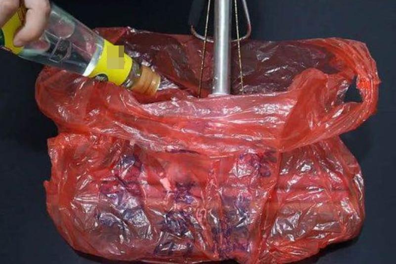 Cây lau nhà bị bẩn, có mùi sau thời gian dài sử dụng, chỉ cần một chiếc túi nilon là bạn có thể làm sạch ngay lập tức-4