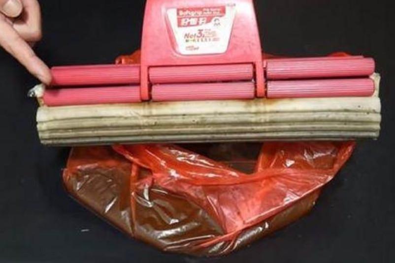 Cây lau nhà bị bẩn, có mùi sau thời gian dài sử dụng, chỉ cần một chiếc túi nilon là bạn có thể làm sạch ngay lập tức-7
