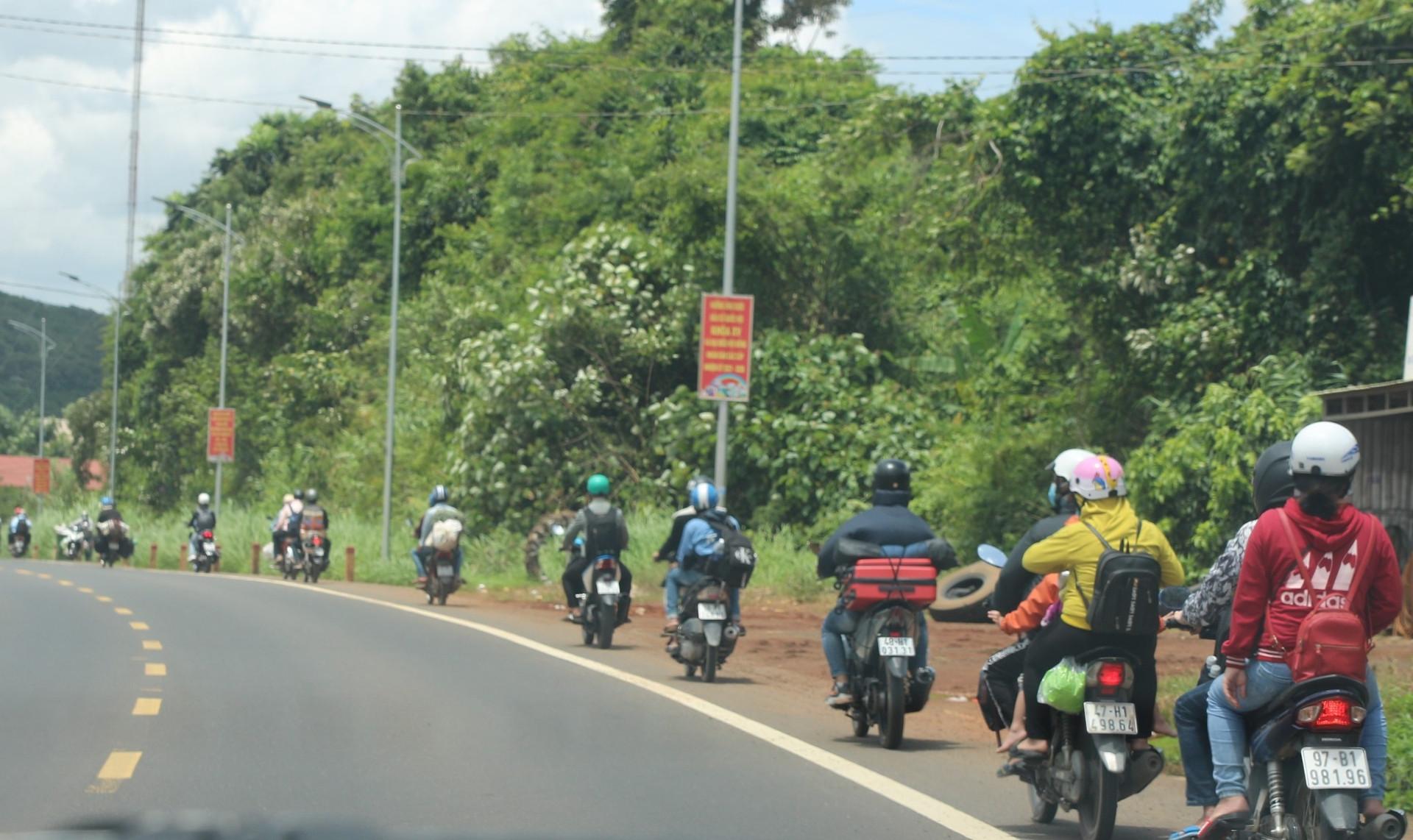 Hàng nghìn người chạy xe máy từ vùng dịch tiếp tục về Tây Nguyên