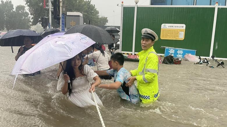 Ảnh ấn tượng tuần 19-25/7: Lũ lụt 'trăm năm có 1' ở Trung Quốc, nỗi niềm vaccine Covid-19 ở Mỹ; tỷ phú Jeff Bezos chào mẹ từ vũ trụ