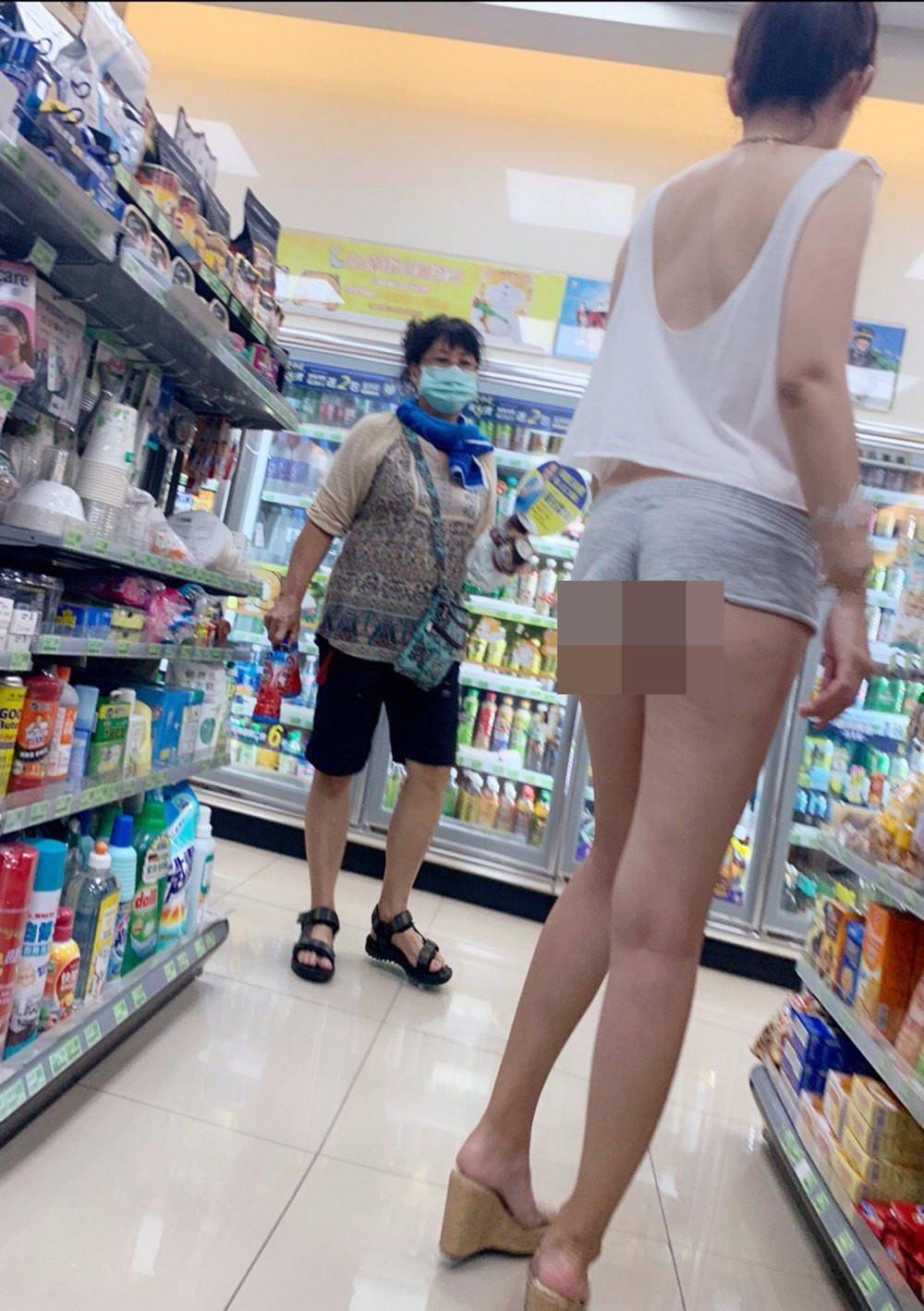 Cô gái mặc gợi cảm đến cửa hàng tiện lợi nhưng không bị chê bai vì lý do này - 10