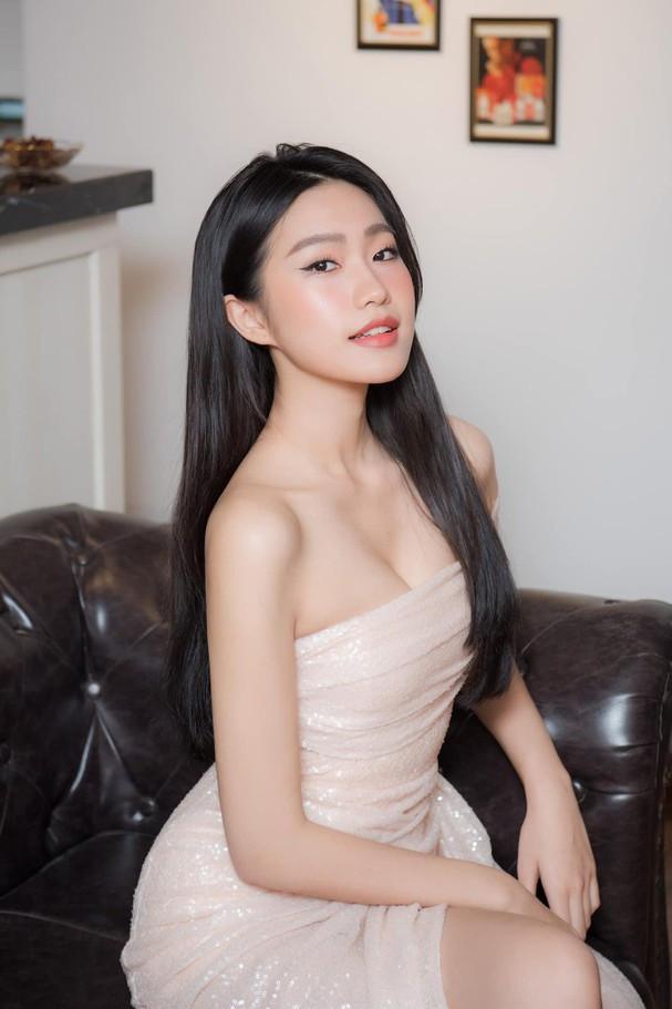 Người yêu tin đồn của Đoàn Văn Hậu vất vả che chắn vì chiếc váy cúp ngực táo bạo - 1
