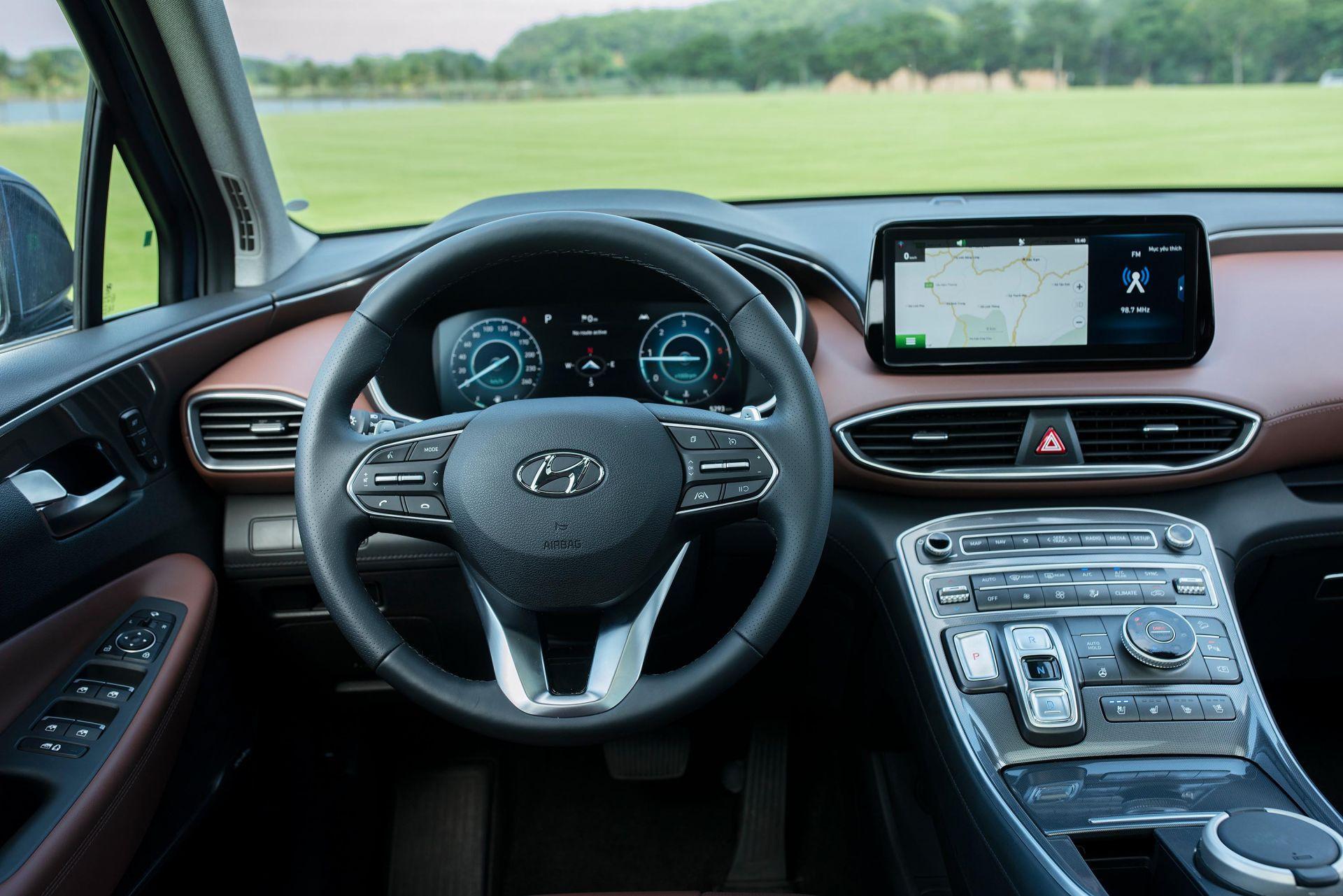 Vị trí người lái trên Hyundai Santa Fe 2021