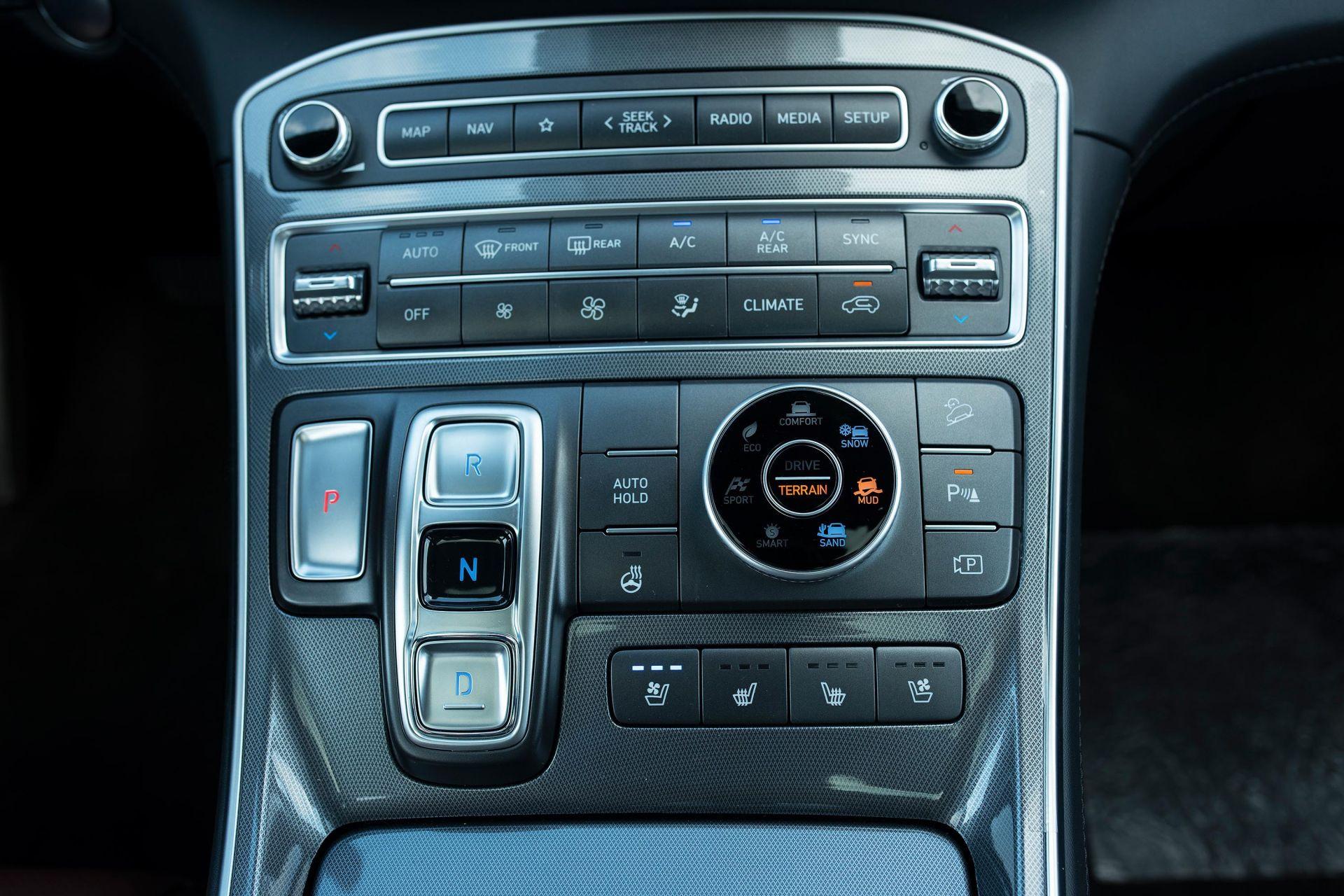 Khu vực điều khiển trung tâm của xe Hyundai Santa Fe 2021