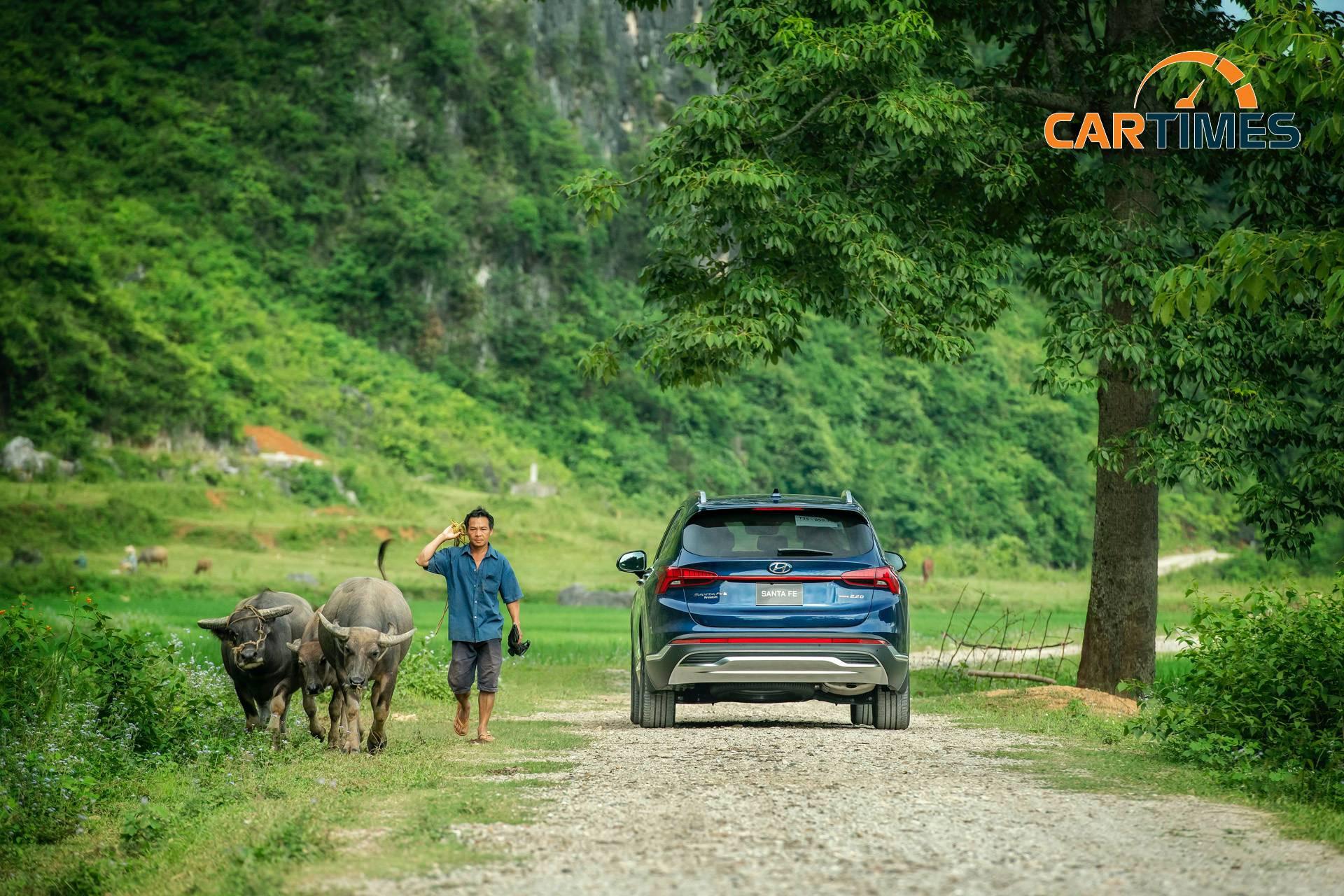 Trên những đoạn đường offroad nhẹ, thân xe được thể hiện một cách tối đa