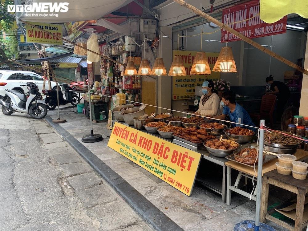 Cảnh mua bán khác lạ chưa từng có ở chợ Hà Nội  - 10
