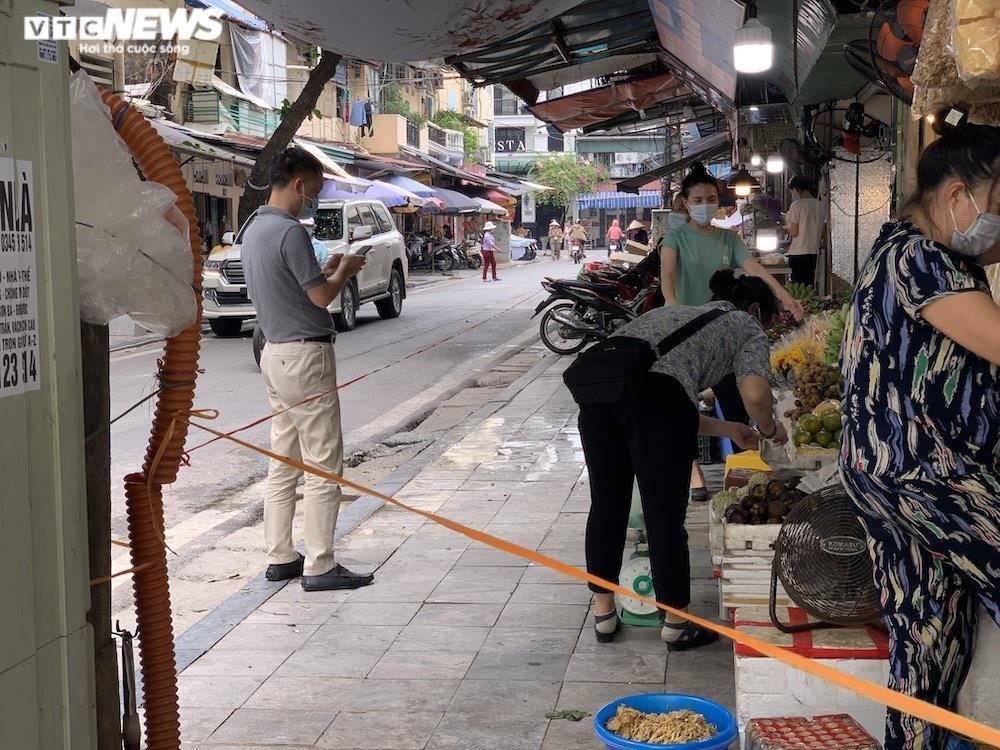 Cảnh mua bán khác lạ chưa từng có ở chợ Hà Nội  - 11