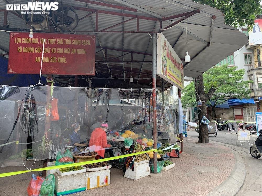 Cảnh mua bán khác lạ chưa từng có ở chợ Hà Nội  - 2