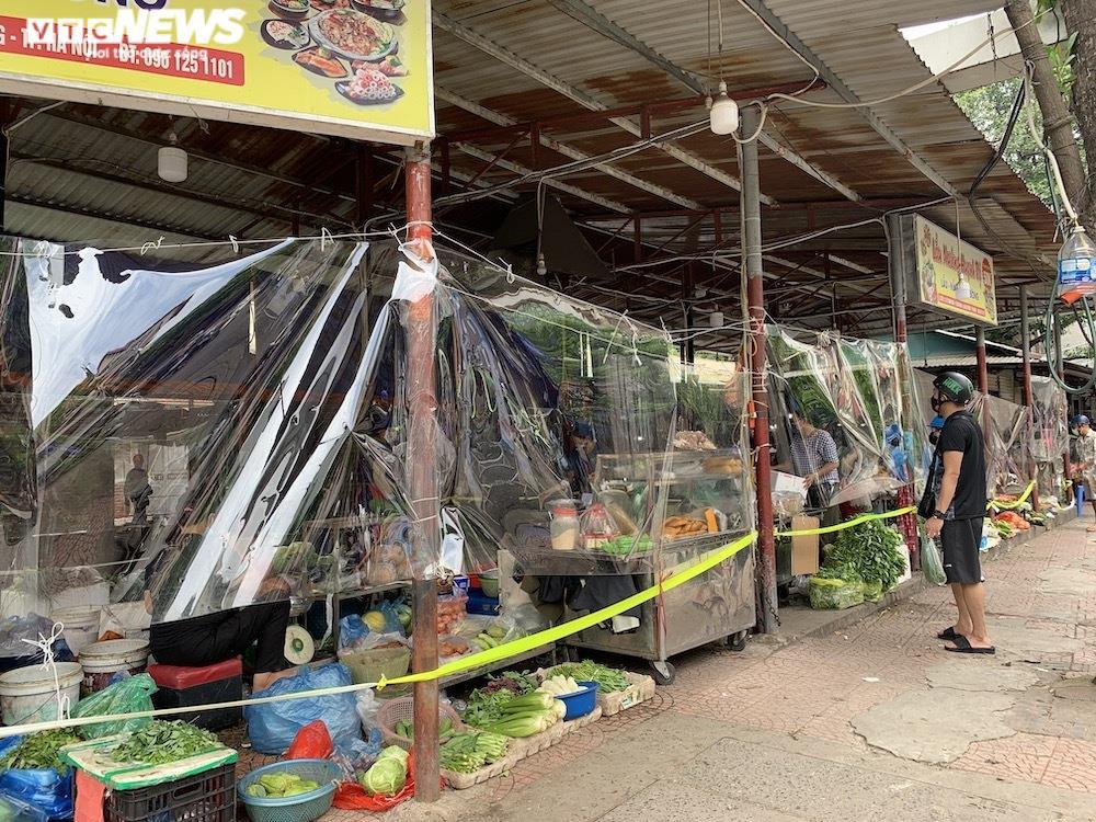 Cảnh mua bán khác lạ chưa từng có ở chợ Hà Nội  - 3