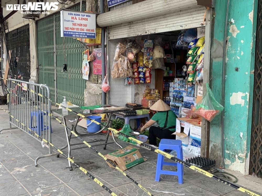 Cảnh mua bán khác lạ chưa từng có ở chợ Hà Nội  - 16