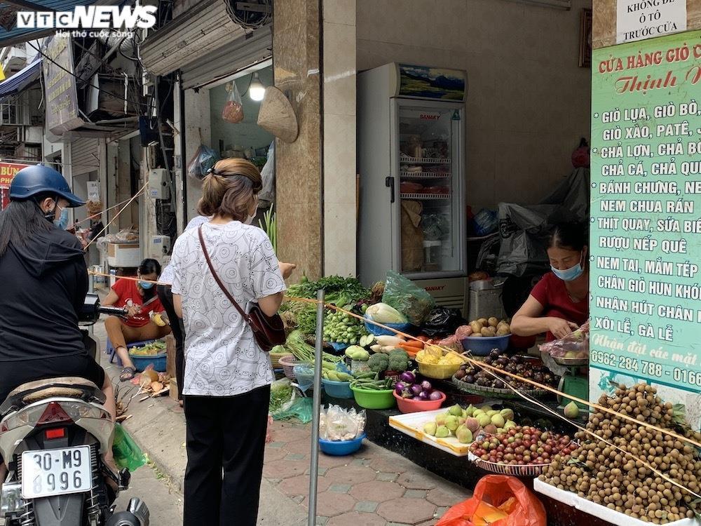 Cảnh mua bán khác lạ chưa từng có ở chợ Hà Nội  - 15
