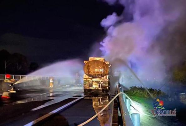 Container bốc cháy dữ dội trên cao tốc Đà Nẵng - Quảng Ngãi