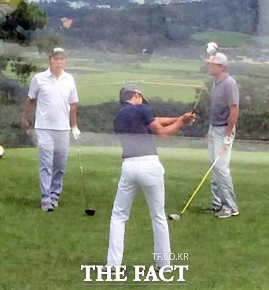 Thời trang chơi golf hack tuổi lại ton-sur-ton của cặp Hyun Bin - Son Ye Jin-8