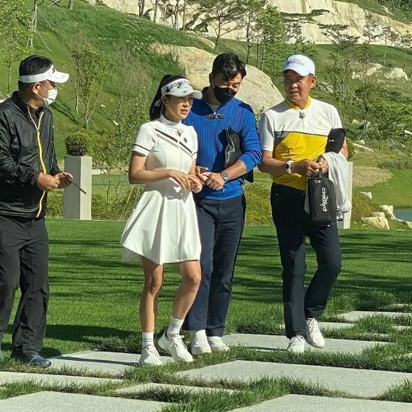 Thời trang chơi golf hack tuổi lại ton-sur-ton của cặp Hyun Bin - Son Ye Jin-5