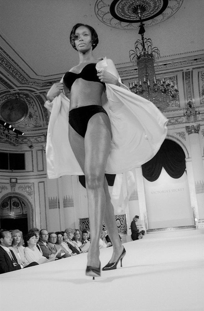 Show Victorias Secret thời đầu: Áo quần từ thập niên 90, dàn mẫu tuyển chọn khắt khe-1