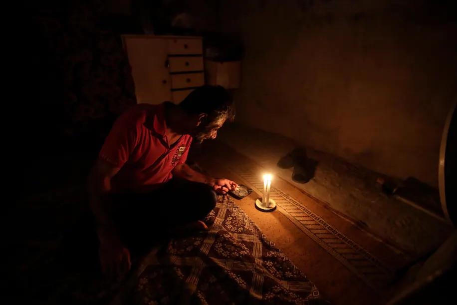 (07.26) Một người đàn ông châm cigar bằng nến trong lúc bị cắt điện tại Beirut, Lebanon ngày 10.7. (Nguồn AFP)