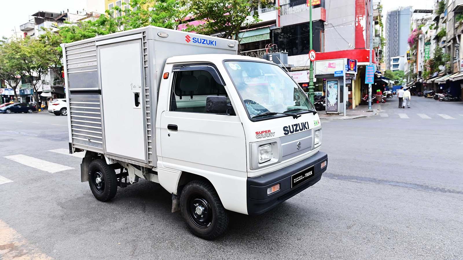 Cầm lái Suzuki Carry Truck Truck, bác tài có thể vận chuyển linh hoạt, dễ dàng trong đô thị đông đúc hay ngõ hẹp nhờ bán kính vòng quay tối thiểu chỉ 4.1m