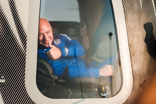 Thách thức Elon Musk, Jeff Bezos đề nghị tặng NASA 2 tỷ USD nếu ký hợp đồng chế tạo tàu lên Mặt trăng với Blue Origin - Ảnh 1.