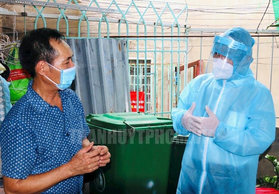 Bí thư Nguyễn Văn Nên đến thăm hỏi, động viên người dân khu phong tỏa Bình Tân  - 1