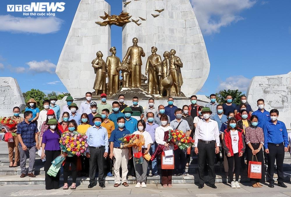 Ảnh: 29 bác sĩ, điều dưỡng Quảng Bình lên đường chi viện TP.HCM chống dịch  - 1