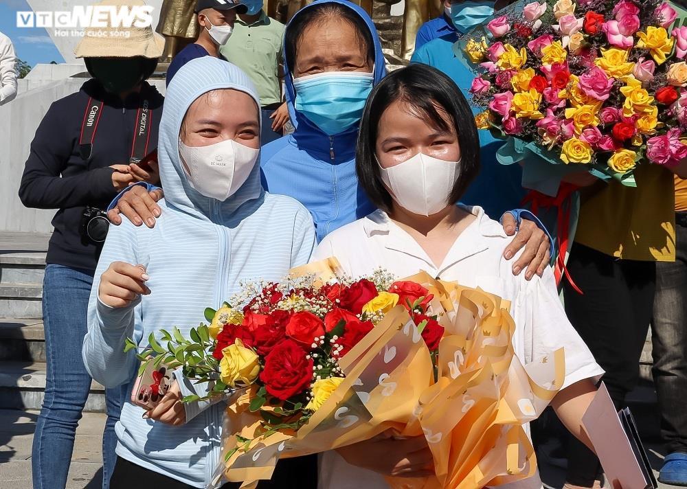 Ảnh: 29 bác sĩ, điều dưỡng Quảng Bình lên đường chi viện TP.HCM chống dịch  - 4