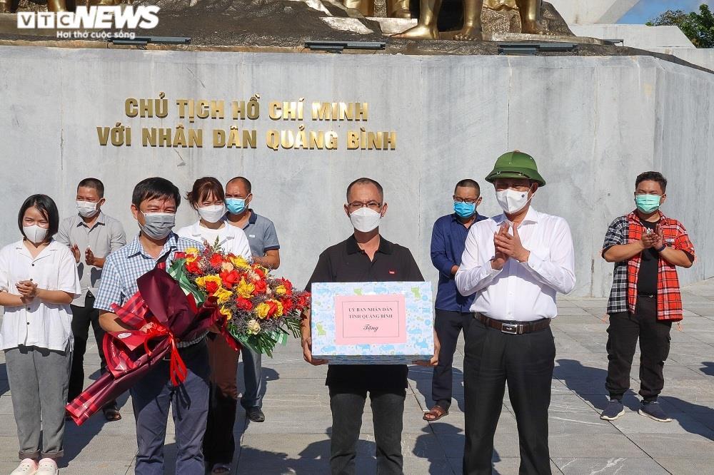 Ảnh: 29 bác sĩ, điều dưỡng Quảng Bình lên đường chi viện TP.HCM chống dịch  - 7