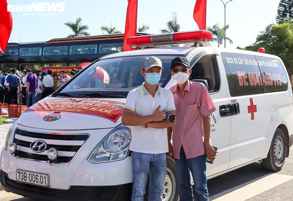 Ảnh: 29 bác sĩ, điều dưỡng Quảng Bình lên đường chi viện TP.HCM chống dịch  - 8