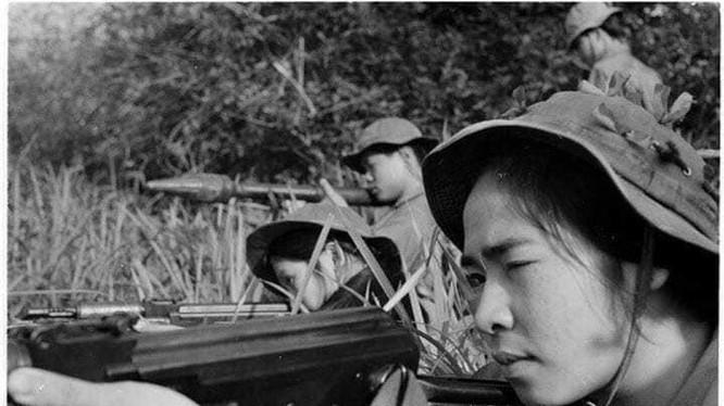 Đây là bức ảnh nhà báo Trần Mai Hưởng chụp lúc chị Nguyễn Thị Thu Hồng và đồng đội của chị đang luyện tập năm 1972.