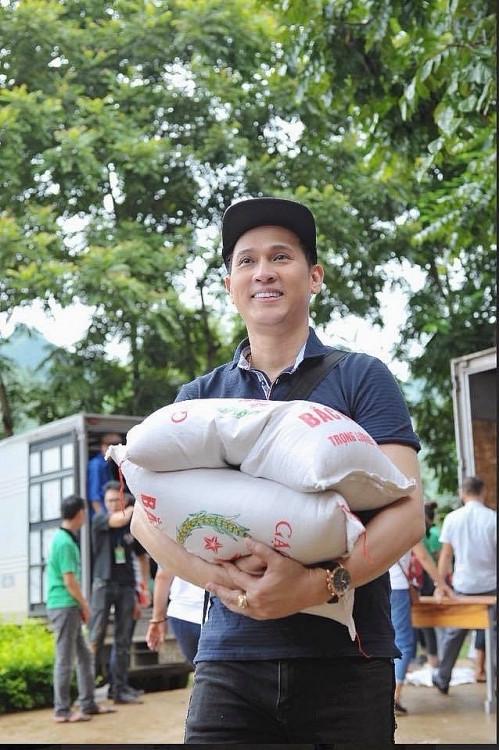Ca sĩ Nguyên Vũ chung tay hỗ trợ nhiều người dân vượt qua đại dịch