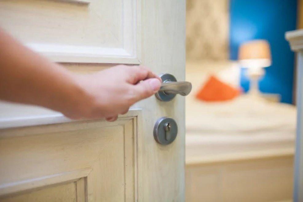 Tối ngủ nóng nực mấy cũng phải đóng cửa phòng với 5 lý do, nhất là giữ được mạng-1