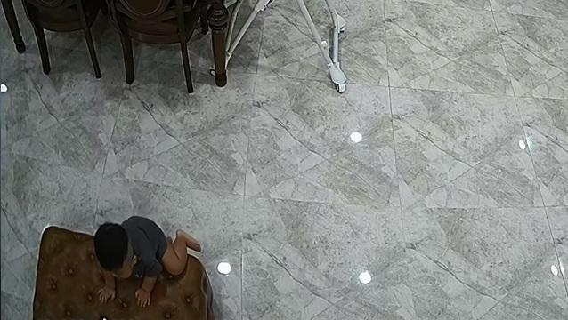 Thót tim nhìn con trai Hòa Minzy ngã ngửa từ trên cao-2